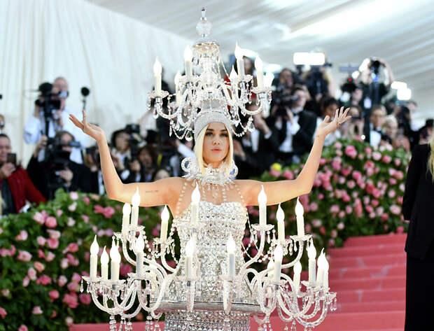 Кэти Перри удивила зрителей, выступив в костюме бутылки санитайзера