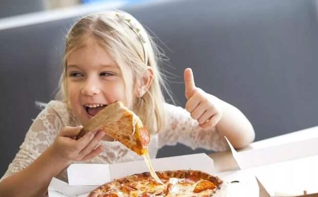 Школьников запретят кормить вредной пиццей и колбасой