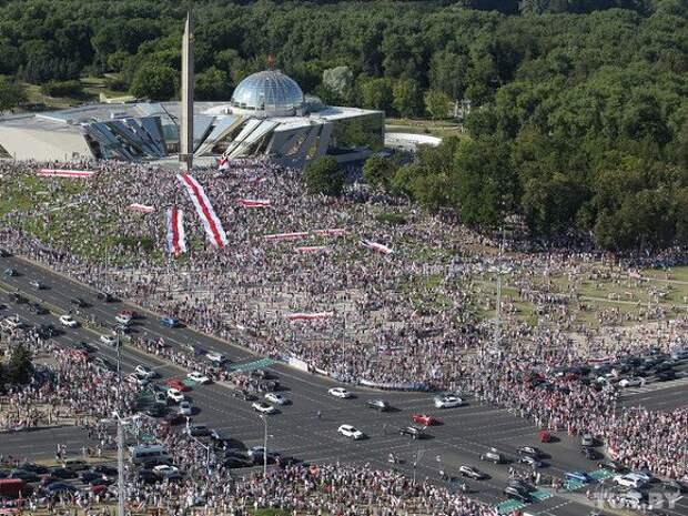 Тысячи жителей Минска вновь вышли протестовать и объявили минуту молчания