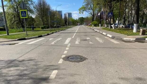 Провал асфальта устранили у канализационного люка в Подольске