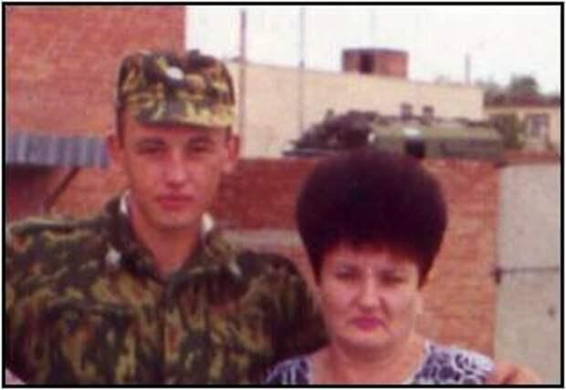 Герой Российской Федерации младший сержант Олег Проценко с мамой.