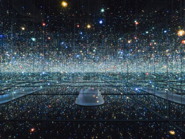 Яёи Кусама: Бесконечность зеркальной комнаты, 2013 год. \ Фото: timeout.com.