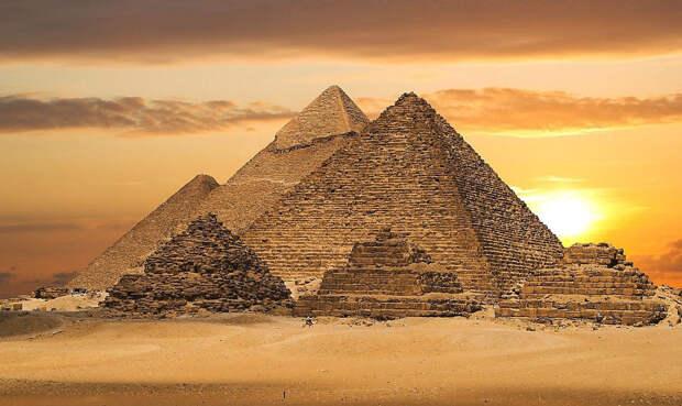 Атлантдида Еще одна, в целом сомнительная версия, имеет огромное количество сторонников. Геродот описывал некий «потерянный город», в котором многие видели Атлантиду. Спасшиеся после катастрофы атланты мигрировали якобы в Египет. Именно они и построили пирамиды — как памятник погибшему континенту.