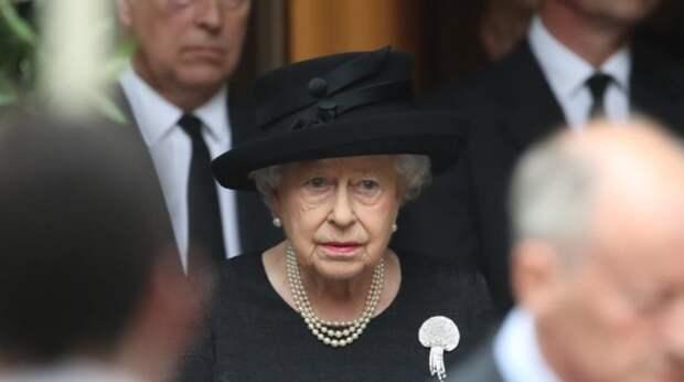 Королева Елизавета II со слезами и дрожащими руками похоронила принца Филиппа