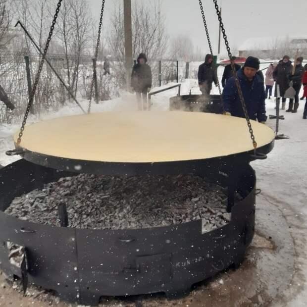 В Татарстане испекли самый большой блин в России