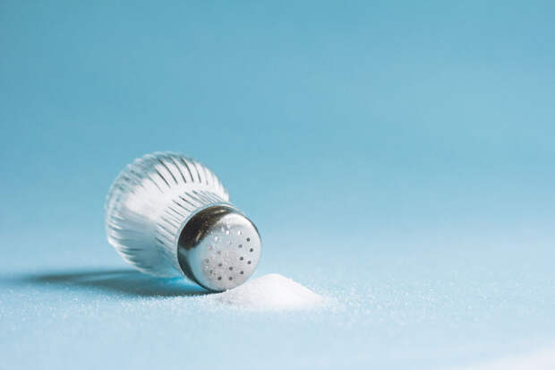 Что происходит с организмом, когда человек ест много соли?