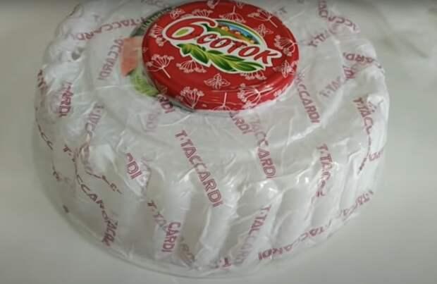 Превратите пластиковую упаковку от торта в нужную на кухне вещь