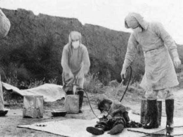 Двое из отряда 731 проводят эксперимент над военнопленным