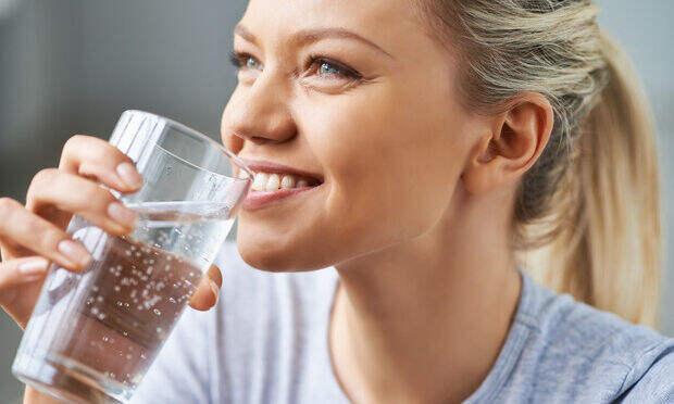 Стакан горячей воды натощак: польза или вымысел?