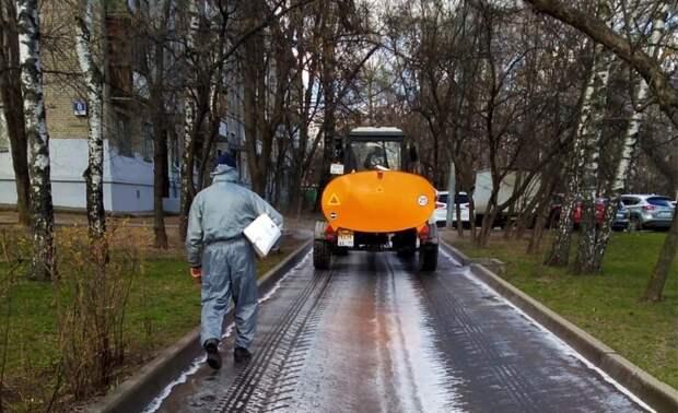 Семь единиц техники дезинфицируют дороги в Алтуфьеве