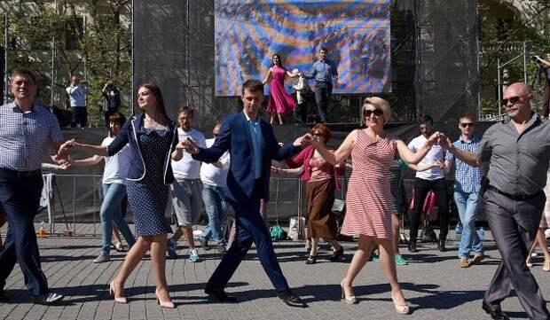 Кто платит, тот и девушку танцует?
