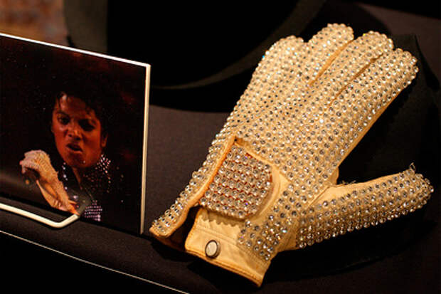 Белую перчатку Джексона продали за миллионы