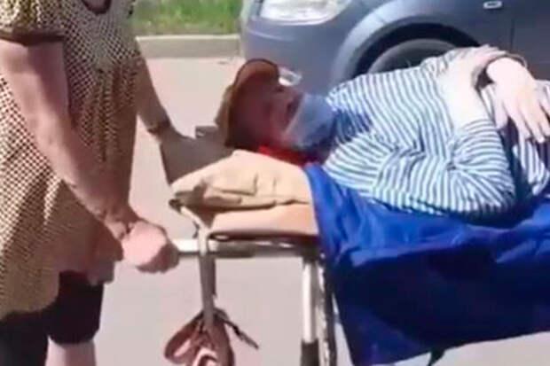 Главврач извинился перед инвалидом, которого увезли домой на каталке