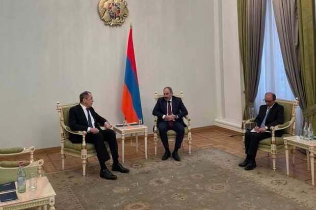 На встречах Лаврова и Шойгу с Пашиняном российский флаг отсутствовал