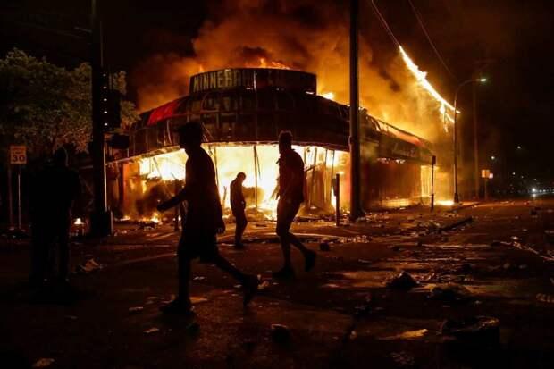США: протесты не стихают, полиция заливает толпу едким газом (ФОТО, ВИДЕО)