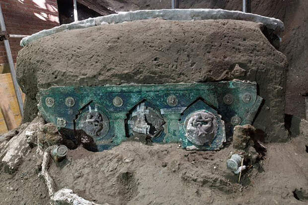 Полностью сохранившаяся колесница обнаружена в Помпеях