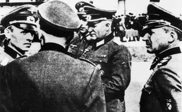 На фото: генерал-лейтенант (c 9 апреля 1945) Вермахта в период Второй мировой войны, один из руководителей разведки на Восточном фронте Рейнхард Гелен(слева)