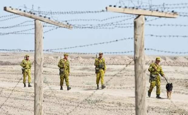 На фото: военнослужащие Пянджского пограничного отряда во время патрулирования таджикско-афганской границы.