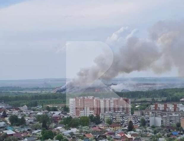 Спасатели тушат пожар на городской свалка в рязанском Божатково