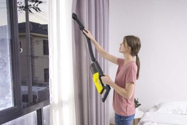 Чтобы было проще, специально для штор, занавесок и обивки приобретите ручной пылесос / Фото: s1.kaercher-media.com