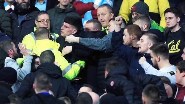 Фанаты «Сити» кидали предметы вигроков «Юнайтед» ипародировали обезьян. Очередной скандал вАПЛ
