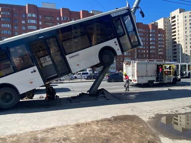 Вставший на дыбы автобус сняли на фото и видео в Санкт-Петербурге