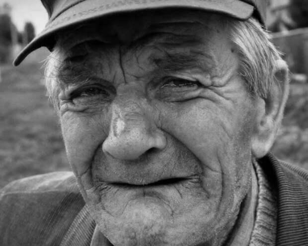 """""""Забери меня к себе"""" - плакал старик на могиле жены, но вдруг услышал знакомые шаги за спиной"""