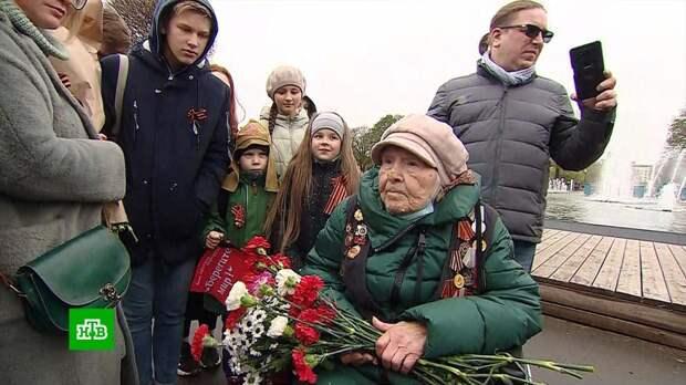 Москвичи по традиции поздравили ветеранов с 9 Мая в парке Горького