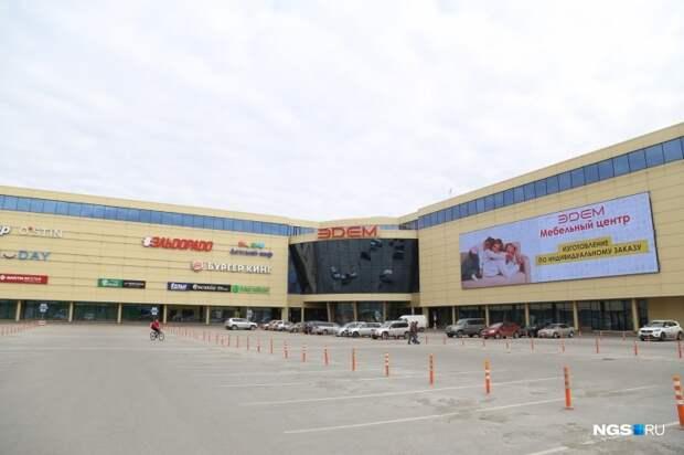 Водитель на автомобиле Lada сбил девушку на пешеходном переходе в Академгородке возле торгового центра «Эдем»