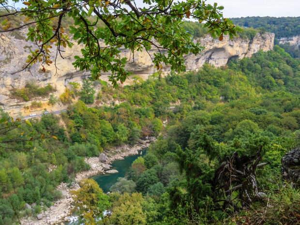 Вид с верхней смотровой площадки над Мезмайским ручьём. Видна река Белая, трасса Майкоп-Лагонаки, хребет Унакоз, ущелье Мишоко.