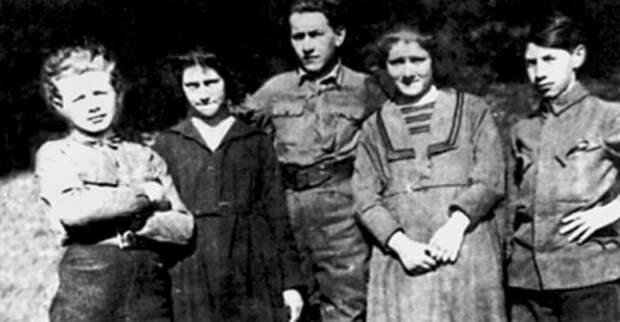 Л. Треппер (в центре). Польша, 1920 г.