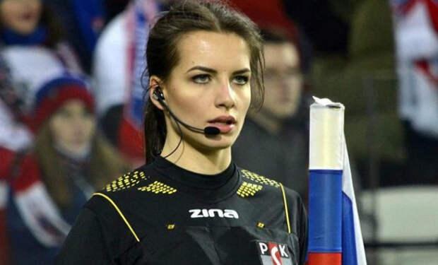 Самая красивая судья мира вызывает недовольство болельщиков: футболисты смотрят на нее, а не на мяч