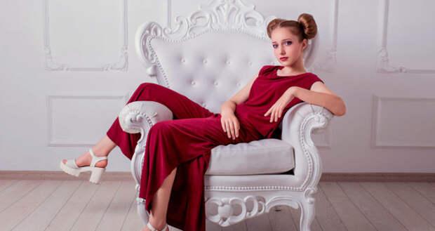 девушка в красном сидит на троне