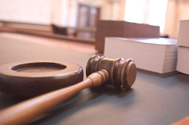 Суд в Петербурге продлил арест врачу, обвиняемому в убийстве жены