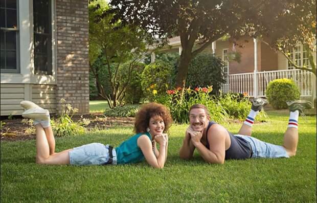 К 10-летию брака пара снялась в дурацкой фотосессии в стиле 80‑х
