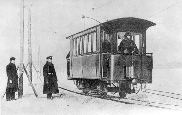 Зимой по Неве проходил «ледовый трамвай». <br>
