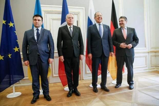 В Сети потешаются над фото Климкина на переговорах в Нормандском формате