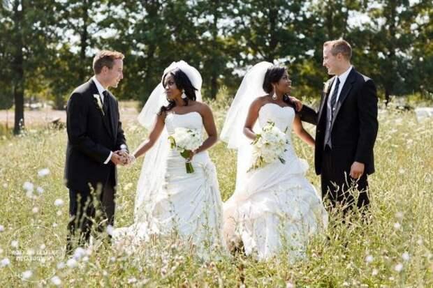 Сестры-близняшки вышли замуж за братьев-близнецов, и даже дети у них родились похожие!