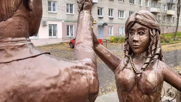 Скульптура молодожёнов возмутила жителей Павлова в Нижегородской области