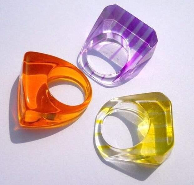 три крупных кольца из пластика