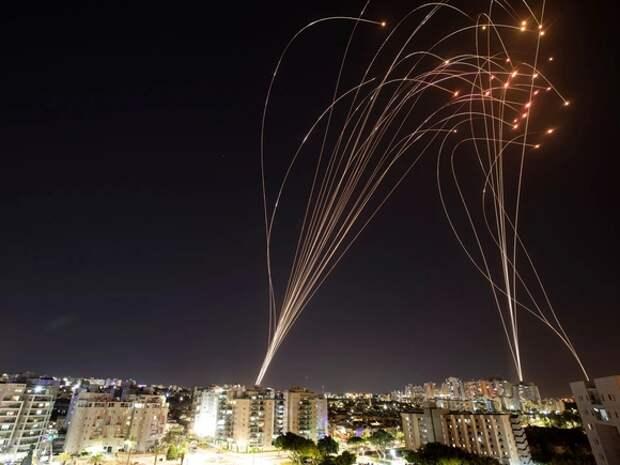 Группировка ХАМАС обстреляла ракетами порт в Израиле, вызвав взрывы и пожар