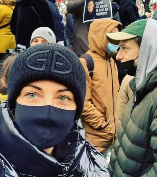 Жена Навального вещает из автозака
