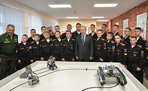 Мade in South Korea  Петербургские суворовцы показали Путину роботов. Те оказались сделаны в Южной Корее