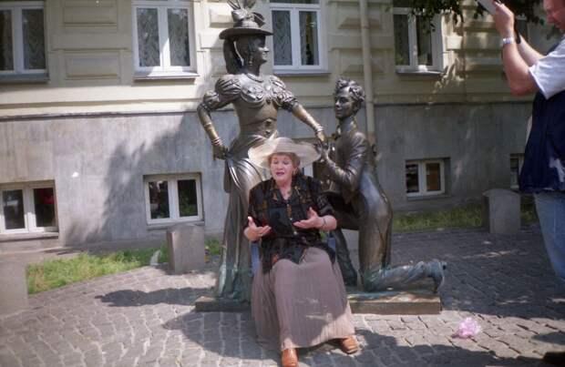 Маргарита Криницына на фоне памятника