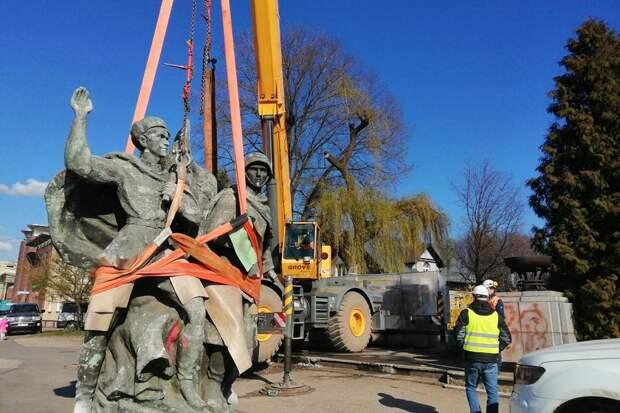 В Польше демонтировали памятник советско-польскому братству по оружию