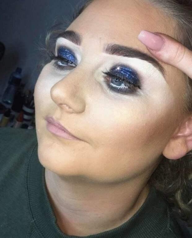 женщина с синими тенями на глазах