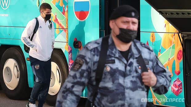 Сборную России вМоскве встретил отряд ОМОНа, несколько полицейских машин иниодного болельщика. Видео