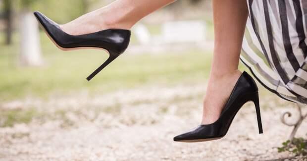 Женщина в чёрных туфельках
