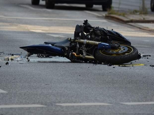 В Петербурге мотоциклист врезался на полном ходу в полицейскую машину, не пропустившую его