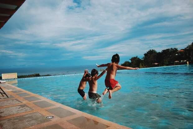 Двое друзей спасли девочку, чьи волосы застряли в решетке на дне бассейна